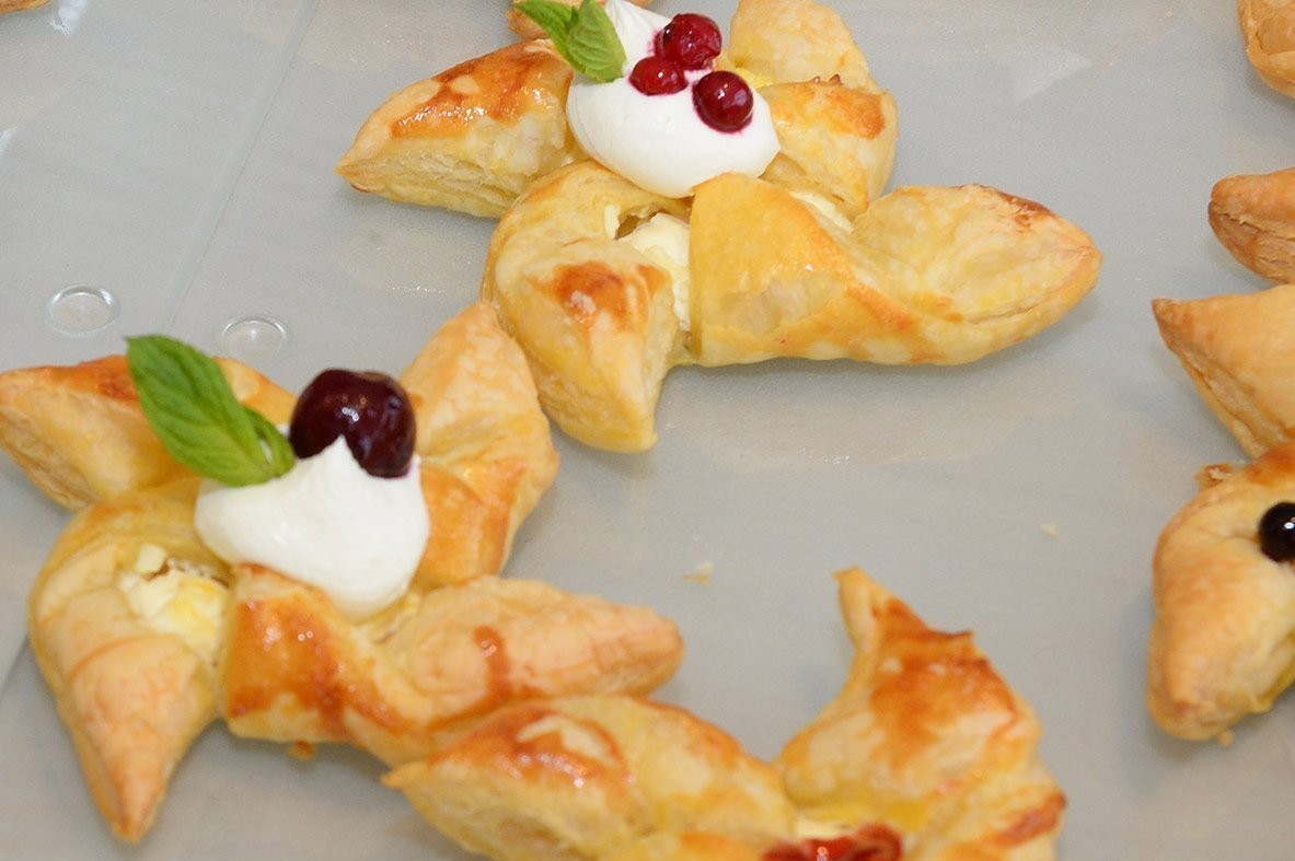 Puff pastry windmills with jam, cream cheese and berries
