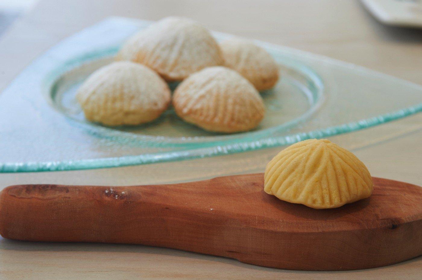 """Γεμιστά μπισκότα """"Ma'amoul""""  με χουρμάδες και αμύγδαλο"""