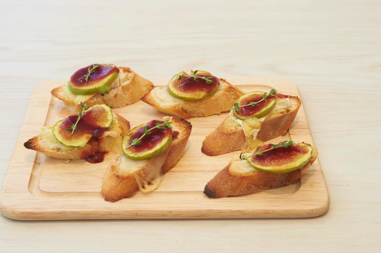 Canapés with marinated figs and brie