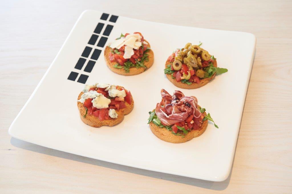 Μπρουσκέτα ντομάτας με τέσσερις γαρνιτούρες