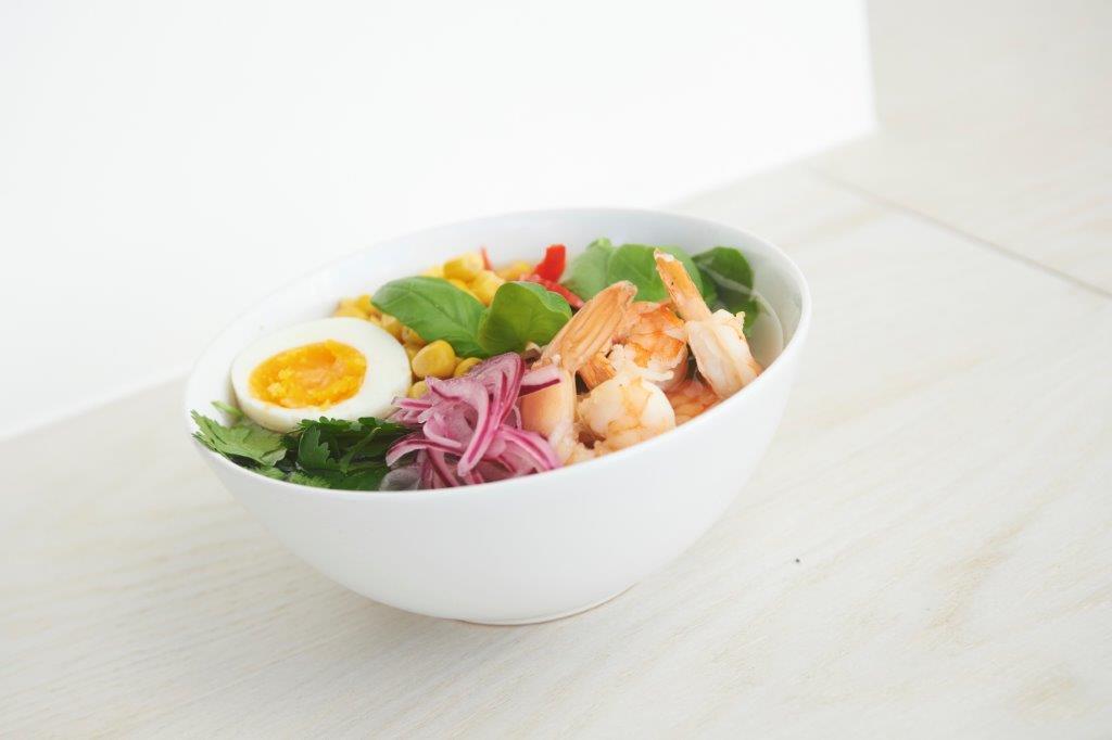 Αρωματική σούπα ράμεν από φρέσκο ζωμό γαρίδας και λαχανικά