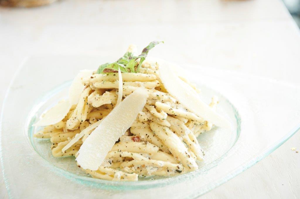 Χειροποίητα ζυμαρικά φουσίλι με λευκή σάλτσα από κρέμα γάλακτος και σαμπάνια