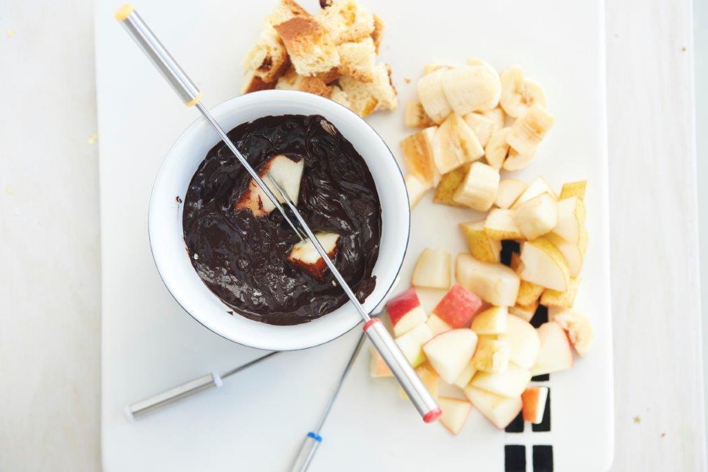 Φοντί σοκολάτας με φυσική βανίλια Μαδαγασκάρης, συνοδευτικά φρούτα, κέικ και marshmallows
