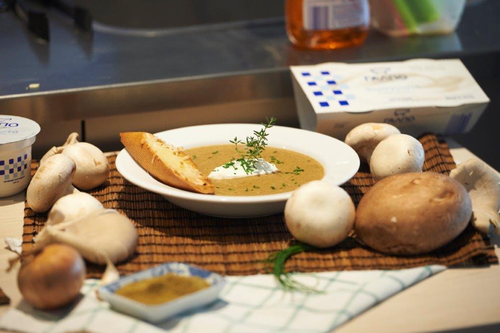 Κρεμώδης σούπα τριών μανιταριών με θυμάρι και κύμινο