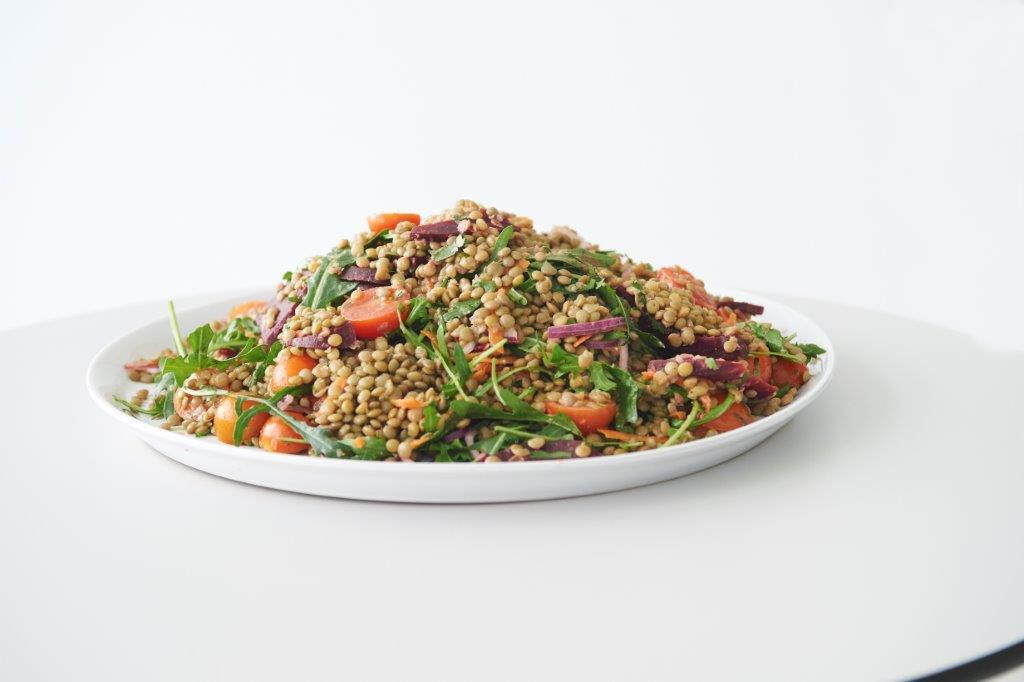 Σαλάτα με φακές, λαχανικά και αρωματικό ντρέσινγκ από πορτοκάλι