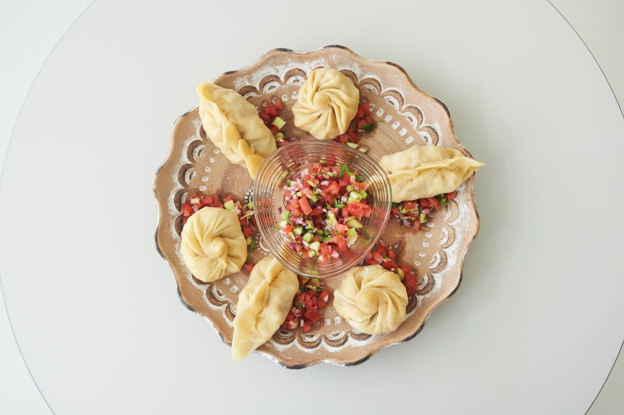 Μπουρεκάκια στον ατμό με γέμιση γαρίδες και πουργούρι.  Συνοδευτική ρέλις λαχανικών