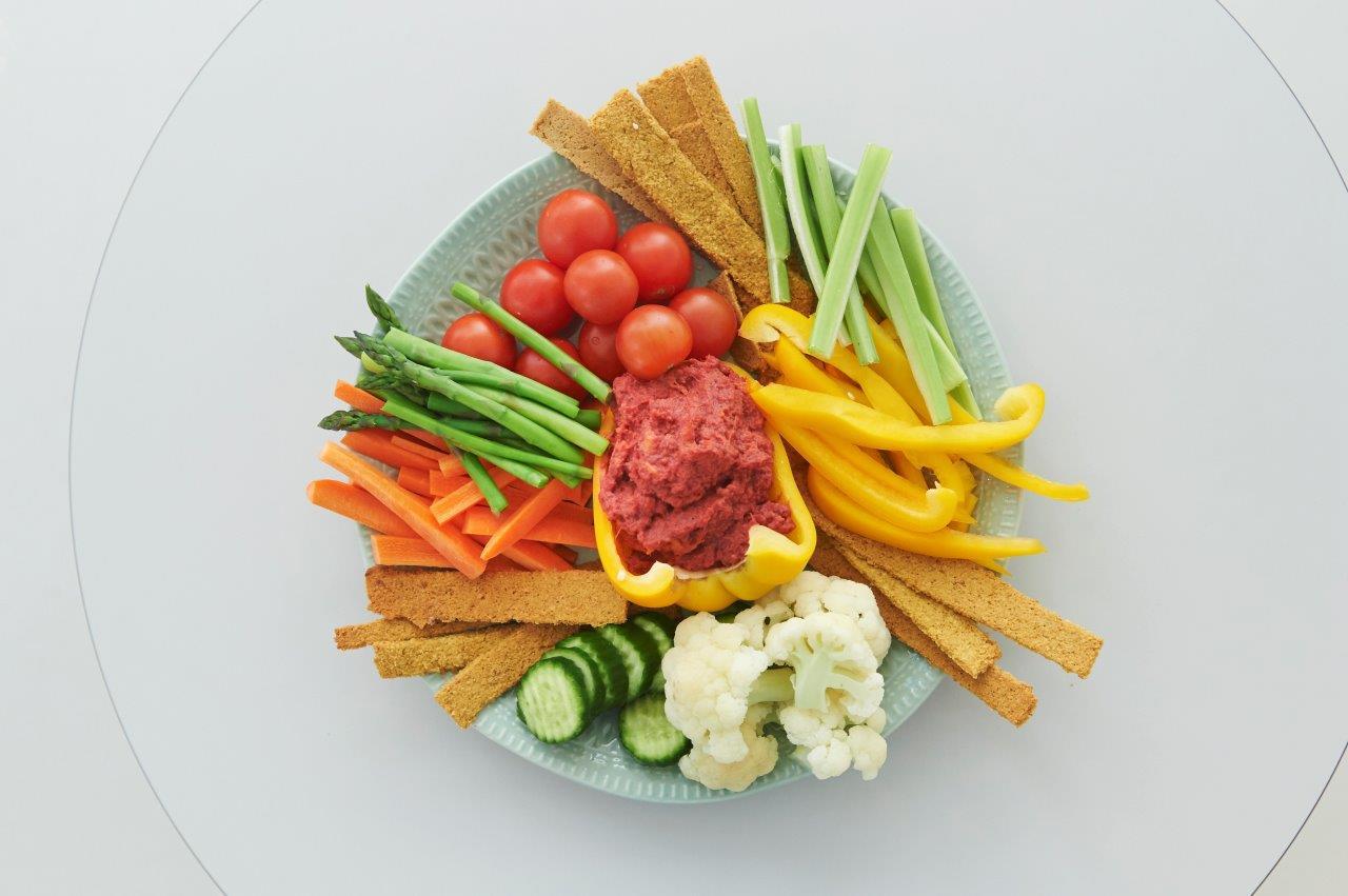Ντίπ παντζαριού και γλυκοπατάτας σερβιρισμένο με τσιπς φούρνου από ρεβίθια και συνοδευτικά πολύχρωμα λαχανικά