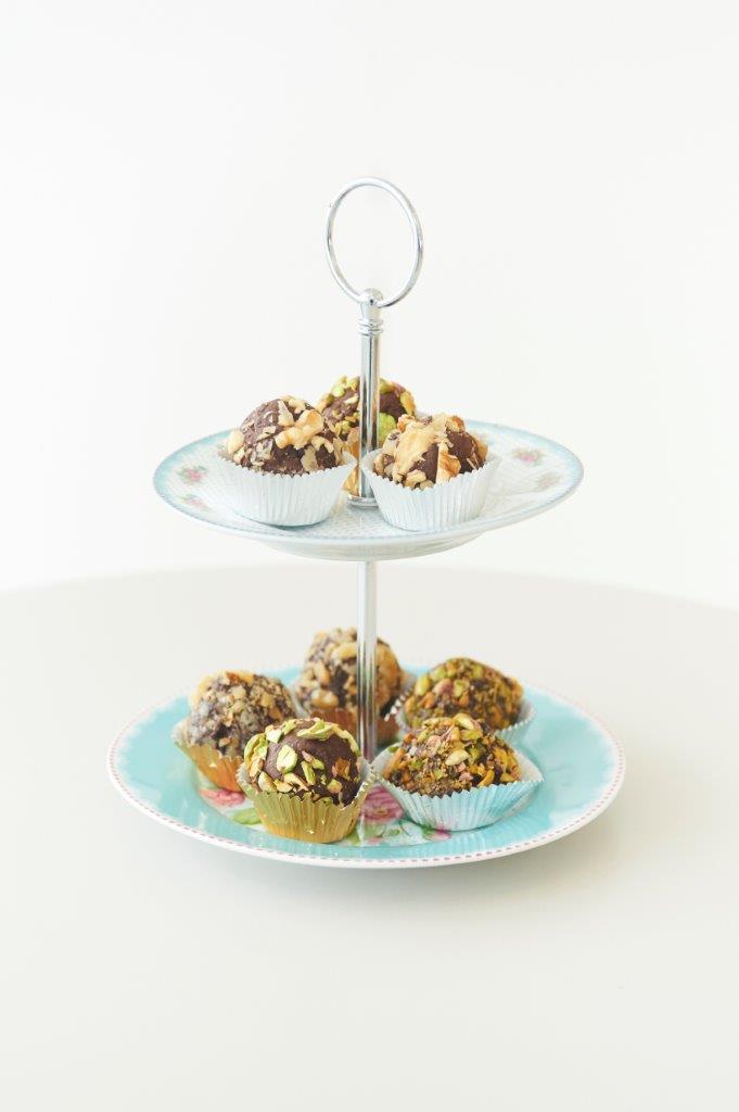 Υγιεινά τρουφάκια από αβοκάντο και μαύρη σοκολάτα με δύο γεύσεις: πορτοκάλι με επικάλυψη καρύδι,  βατόμουρο με επικάλυψη φιστίκια αιγίνης και ξύσμα λάιμ