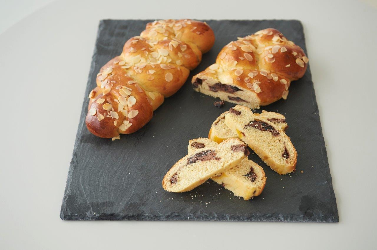 Τσουρέκι με θρυμματισμένο μπισκότο κακάο και σοκολάτα