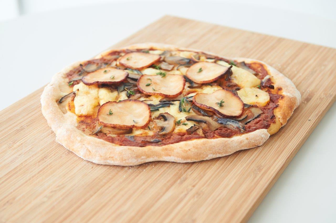 Πίτσα με κοτόπουλο, μανιτάρια, κόκκινο κρεμμύδι και τυρί καμαμπέρ