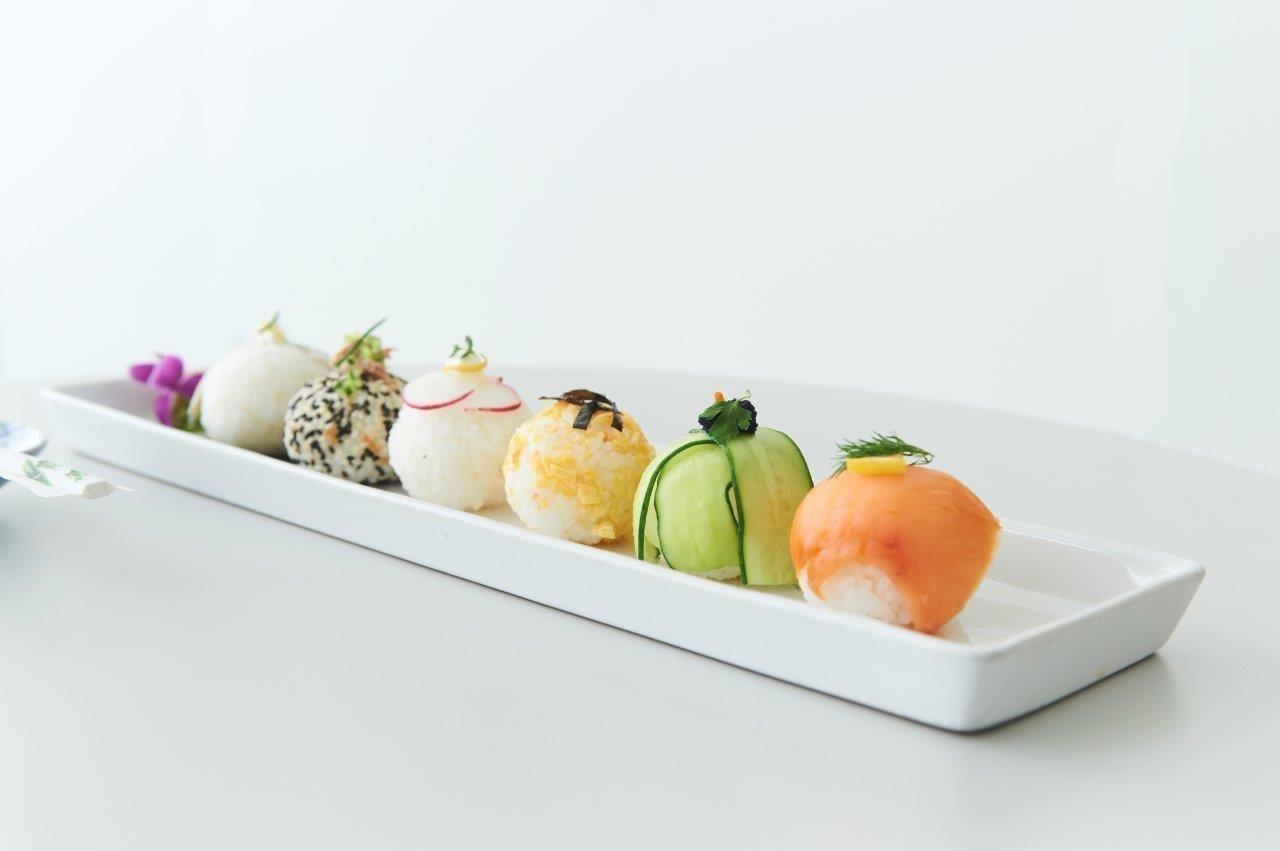 """Μπαλάκια σούσι με διάφορες γαρνιτούρες """"Temari sushi»"""