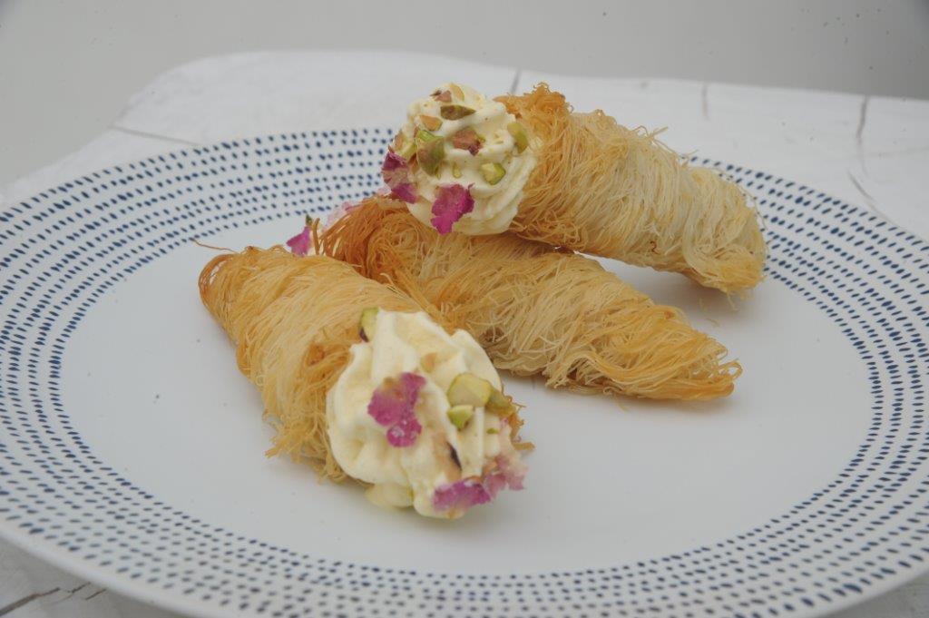 Τραγανοί κώνοι από κανταΐφι και γέμιση παγωτού βανίλια