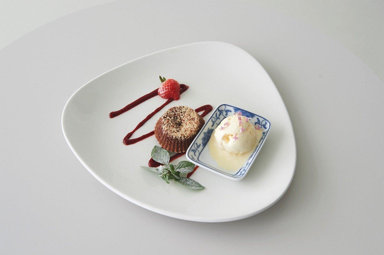 Ατομικά λάβα κέικ σοκολάτας με επικάλυψη αμυγδάλου
