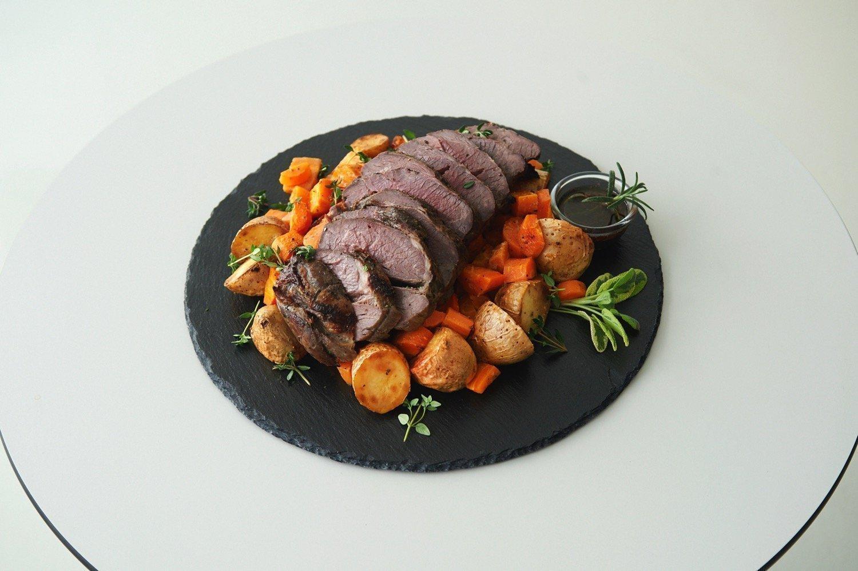 Μπούτι αρνιού με αρωματική σάλτσα κρασιού και δεντρολίβανο. Συνοδευτικά καραμελωμένα λαχανικά με μουστάρδα και μέλι.