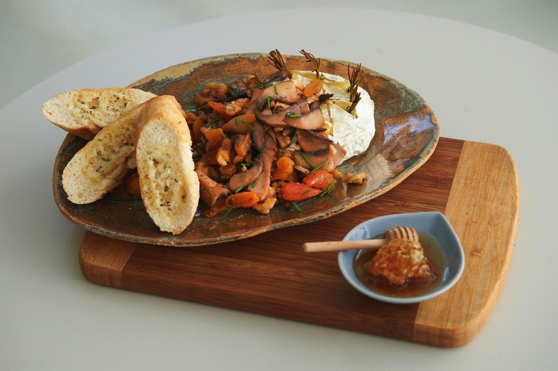 Ψητό τυρί καμαμπέρ με βερίκοκο, καρύδια, μέλι και μανιτάρια φλαμπέ