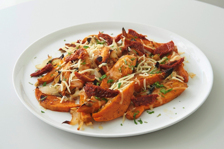 Τραγανές γλυκοπατάτες φούρνου με λιαστές ντομάτες και λιωμένο τυρί