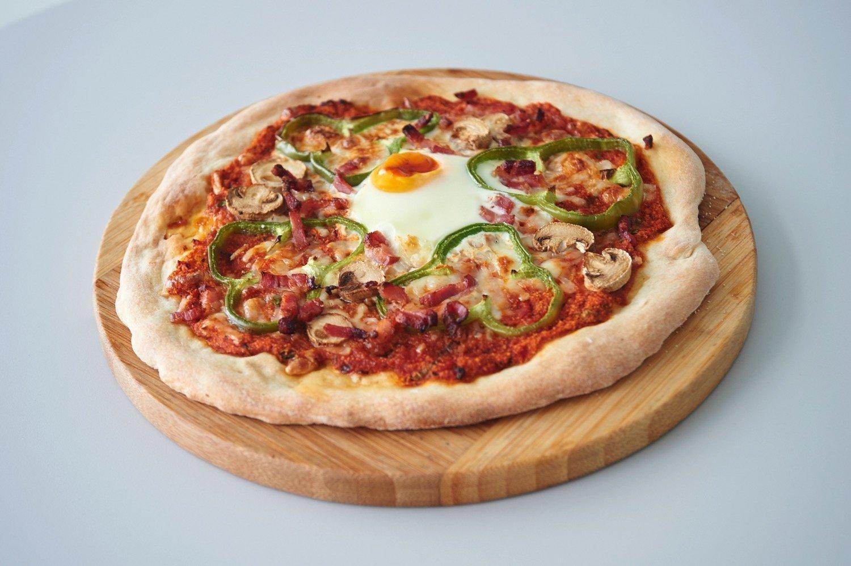 Πίτσα με αυγό, μπέικον, μανιτάρια, πράσινη πιπεριά, και μοτσαρέλα