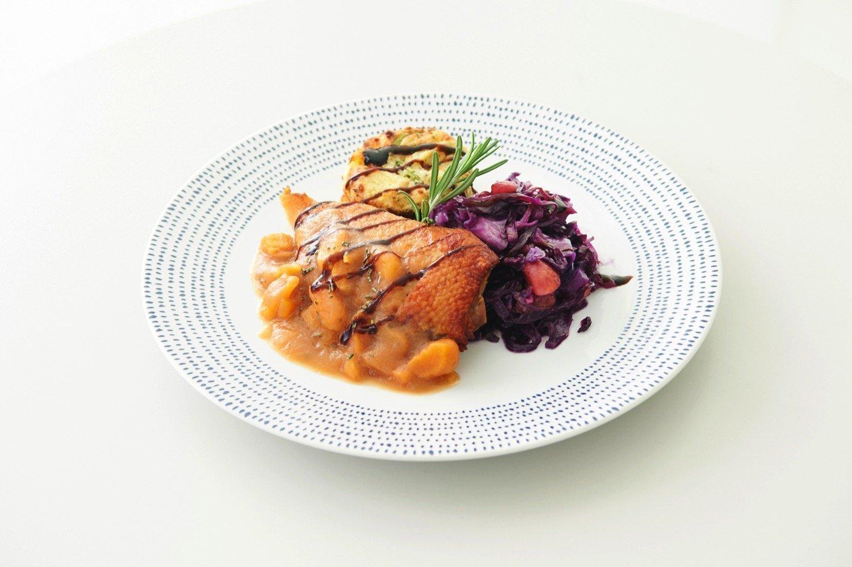 Τραγανή πάπια με σάλτσα μήλο, αχλάδι και φράουλα. Πατάτες με μπρόκολο ογκρατέν. Συνοδευτικό κόκκινο λάχανο με γλυκό κάστανο.
