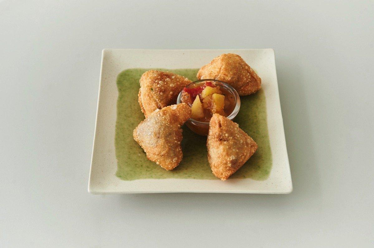 Ινδικά πατατοπιτάκια (Samosas) με τσάτνεϊ μάνγκο και μήλο
