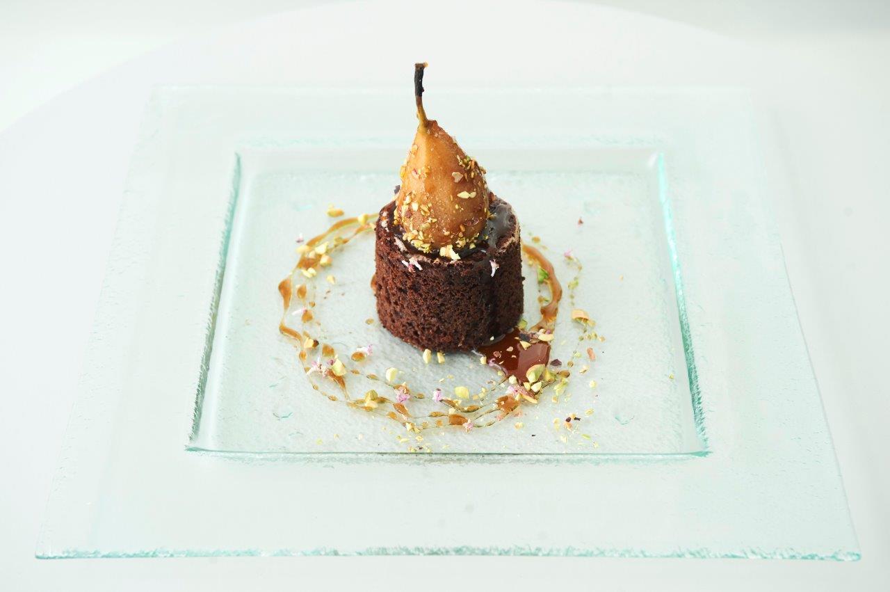 Κέικ σοκολάτας με ελαιόλαδο και αλεύρι ολικής άλεσης.  Σερβιρισμένα με κρασάτο αχλάδι ποσέ.