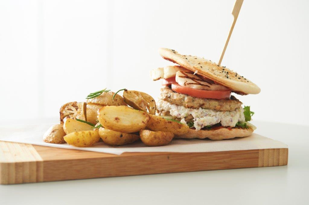Burgers κοτόπουλο σε πίτα με λαχανοσαλάτα «Coleslaw» με μήλο και χαλούμι.