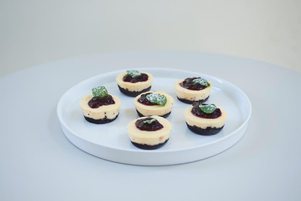 Μίνι ασπρόμαυρα τσιζκέικ φούρνου με λευκή σοκολάτα.