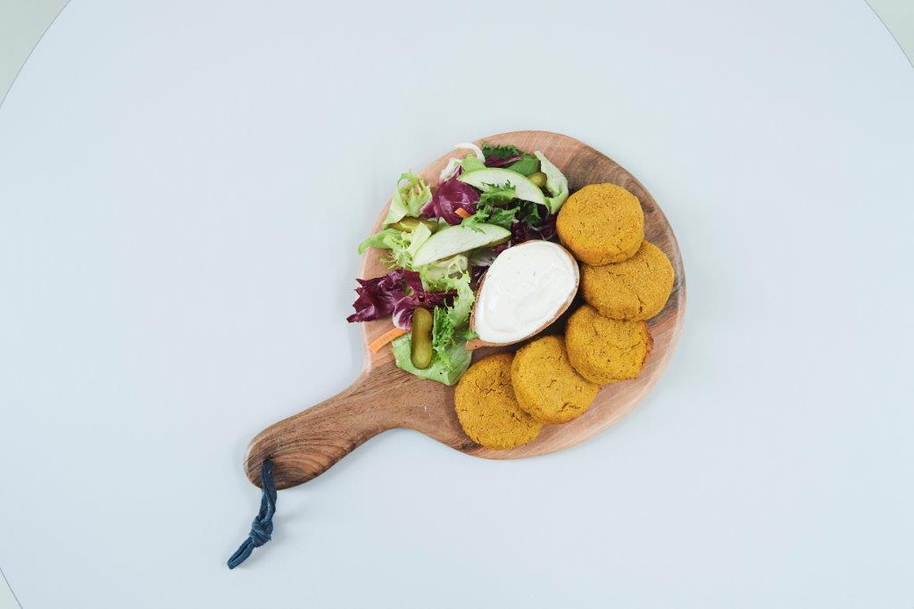 Κροκέτες με ρεβίθια και γλυκοπατάτα ψημένες στον φούρνο με συνοδευτική σάλτσα ταχίνι-γιαούρτι και πράσινη σαλάτα με μηλόξυδο