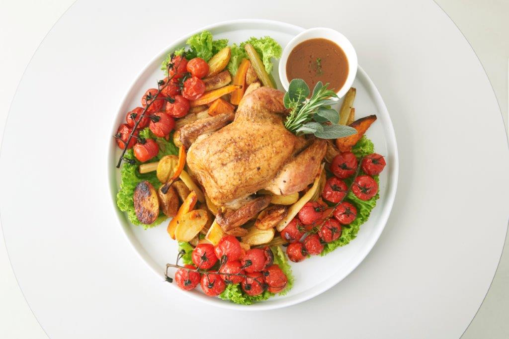 Ψητό κοτόπουλο με πατάτες, λαχανικά και μυρωδικά του κήπου