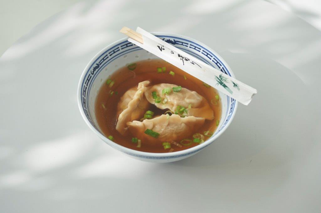 """Σούπα με """"dumplings"""" (κινέζικα ραβιόλια)  σε φρέσκο ζωμό γαρίδας"""