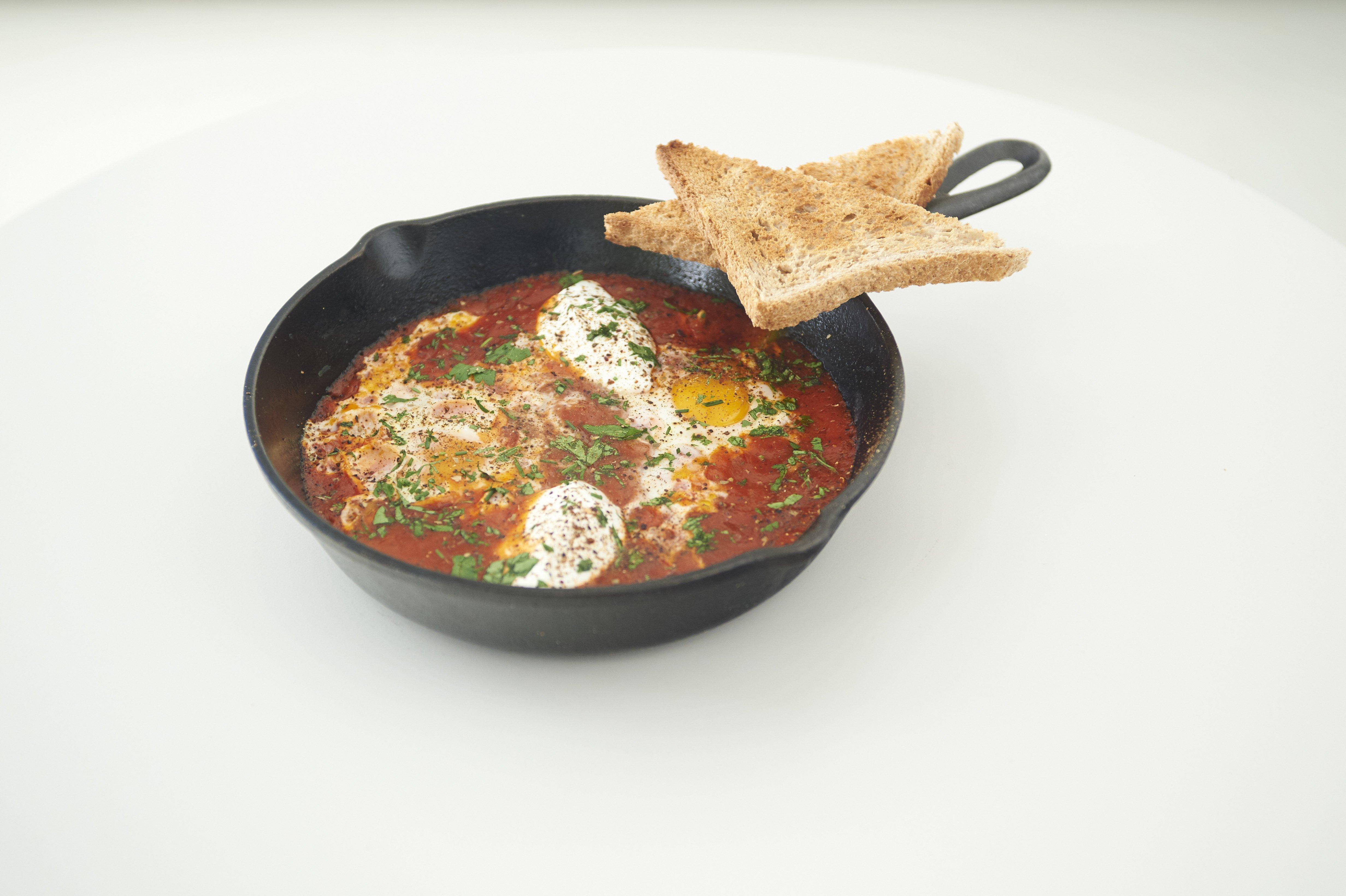 Αυγά με πικάντικη σάλτσα ντομάτας «Shakshuka»